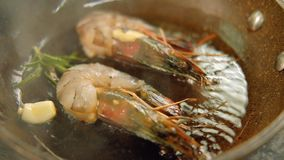 烹调食谱虾煎锅的海鲜膳食 股票录像