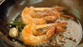 烹调食谱虾煎锅的海鲜膳食 影视素材