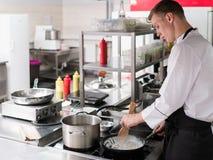 烹调餐馆厨房专业工作的厨师 库存照片