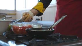 烹调餐馆访客的无法认出的厨师鲜美蔬菜菜肴 男性在热的平底锅的厨师投掷的成份  股票录像