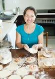 烹调饺子的成熟妇女 库存图片