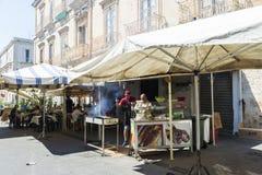 烹调鱼的两位厨师在Siracusa,西西里岛,意大利 库存图片