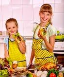 烹调鸡的孩子在厨房 免版税库存图片