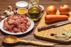 烹调鸡蛋的桂香撒粉于成份螺母香料糖香草 切板 切的生肉,米,油,香料,大蒜, 免版税库存图片