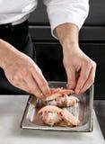 烹调龙虾的主厨 免版税库存图片