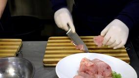 烹调,工作和准备食物的专业厨师在餐馆厨房里 股票视频