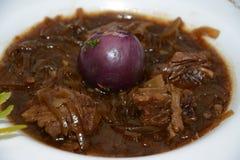 烹调,用在白色板材的肉开胃菜 免版税库存照片
