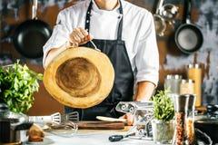 烹调,行业和人概念-做食物的男性厨师厨师在餐馆厨房 库存照片