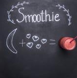 烹调从水果和蔬菜的概念圆滑的人,在黑板、被画的香蕉和草莓顶视图 库存照片