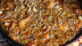 烹调柴火的肉菜饭