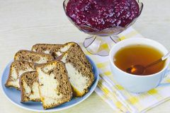 烹调从红浆果、蛋糕和杯子用茶 库存图片