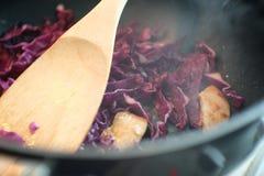 烹调紫色圆白菜 免版税库存照片
