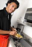 烹调年轻人的主厨 免版税库存照片