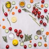 烹调素食食物各种各样的菜果子草本香料和黄油的概念排行了文本的框架地方木土气backg的 库存照片