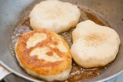 烹调bhaturas 免版税图库摄影