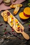 烹调Bruschettas用乳酪,亚尔方索芒果 Bruschetta用芒果和乳酪 ?? 健康素食nutritionon a 库存图片