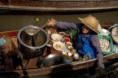 烹调en的妇女卖汤面在浮动市场曼谷上 库存图片