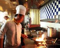烹调flambe的主厨 免版税库存图片