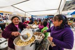 烹调Pisac的妇女销售秘鲁安地斯Pisac秘鲁 库存图片