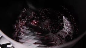 烹调raspeberries和做它果酱 股票录像