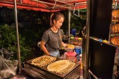 烹调Roti Mataba待售旅行家的一个未认出的泰国人在街道夜市场上 免版税库存照片