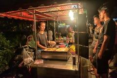 烹调Roti Mataba待售旅行家的一个未认出的泰国人在街道夜市场上 库存图片