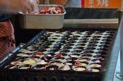 烹调takoyaki是一顿球形的日本快餐 库存图片