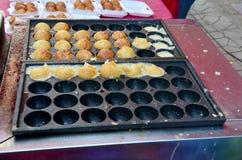 烹调takoyaki是一顿球形的日本快餐 免版税库存照片