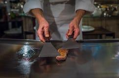 烹调wagyu牛肉的厨师在日本teppanyaki餐馆,东京 库存图片