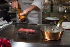 烹调wagyu牛肉的厨师在日本teppanyaki餐馆,东京 库存照片