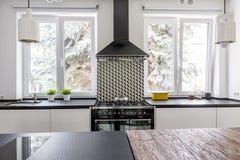 烹饪器材和房檐在现代厨房里 免版税库存照片