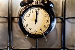 烹饪时间概念 预警黑色时钟 库存照片