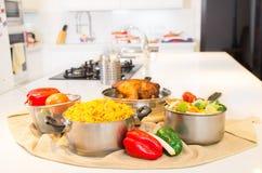 烹饪时间,膳食在厨房里 图库摄影