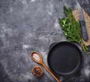 烹饪背景用香料、平底锅和刀子 免版税库存图片