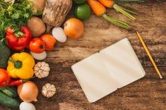 烹饪课概念 在开放笔记本o附近的新鲜蔬菜 库存照片
