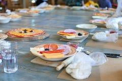 烹饪课,烹饪 食物和人概念,准备好的桌面工作,意大利薄饼的成份 库存照片