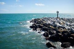 烽火台在一个岩石防堤结束时 免版税库存图片