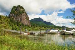 烽火台岩石小游艇船坞在哥伦比亚河峡谷 库存图片