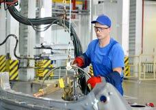 焊工与斑点一起使用设备与焊接联系 Automo 免版税库存照片