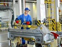 焊工与斑点一起使用设备与焊接联系 Automo 库存照片