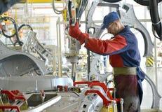 焊工与斑点一起使用设备与焊接联系 Automo 免版税图库摄影