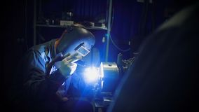焊工与焊接一起使用 股票视频