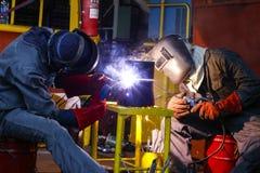 焊工人焊接缝管子减少 免版税库存图片