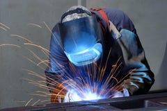 焊工在一家工业公司-钢comp的生产中运转 图库摄影