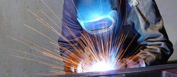 焊工在一家工业公司-钢comp的生产中运转 库存照片