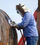 焊工在使用被保护的金属电弧过程的工作 免版税库存图片