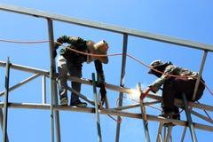 焊工在屋顶的焊接金属 免版税库存图片