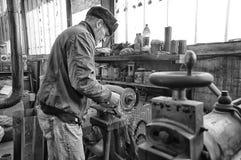 焊工在工作的焊接金属 车床机器金属工艺在车间 雇员性能测量 涂药器炮铜铆钉铆牢讨论会 库存图片