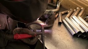 焊工在工作 影视素材