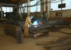 焊工在工厂 工作者焊接阀门 库存照片